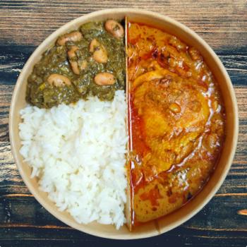Poulet mwamba (sauce cacahuetes) accompagné de pondu (feuilles de manioc) et du riz blanc